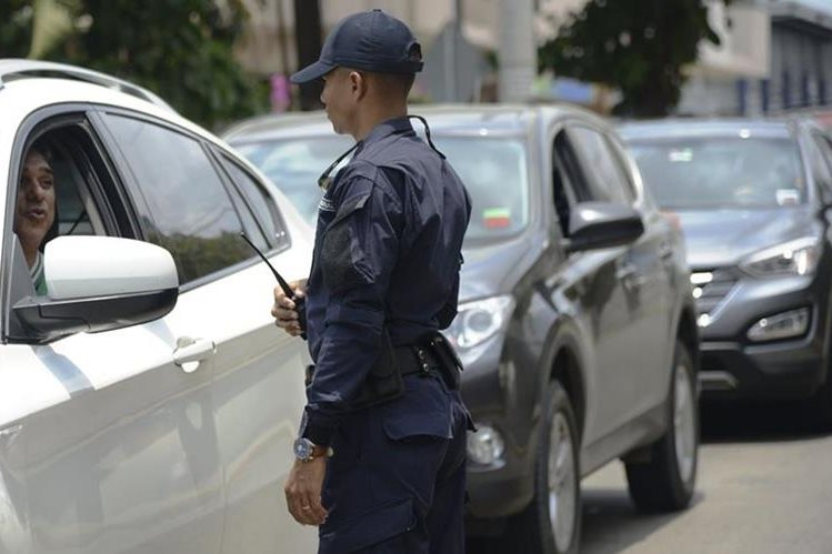 Un policía panameño vigila una artería de la ciudad. (PL- Hemeroteca)