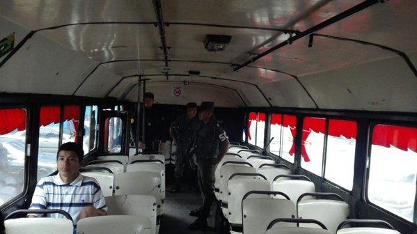 La Policía Nacional Civil lleva a cabo operativos en buses de las rutas 36 y 37 en la zona 7 capitalina. (Foto Prensa Libre:&nbsp;@PNCdeGuatemala)<br />