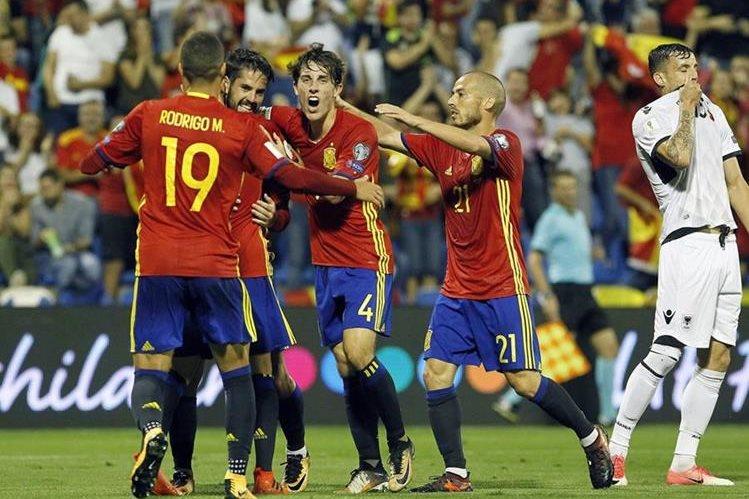 Isco es felicitado por sus compañeros luego de colaborar con uno de los goles de la selección de España. (Foto Prensa Libre: AFP)