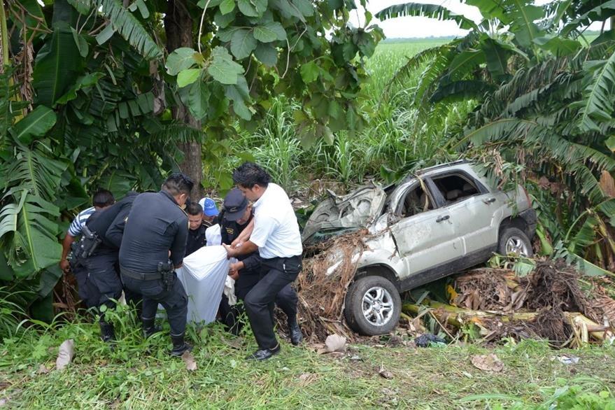 Autoridades trasladan cadáver de una de las víctimas del accidente en Escuintla. (Foto Prensa Libre: Enrique Paredes).