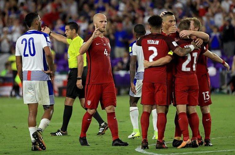 Wood es felicitado por sus compañeros tras marca el cuarto tanto de Estados Unidos.
