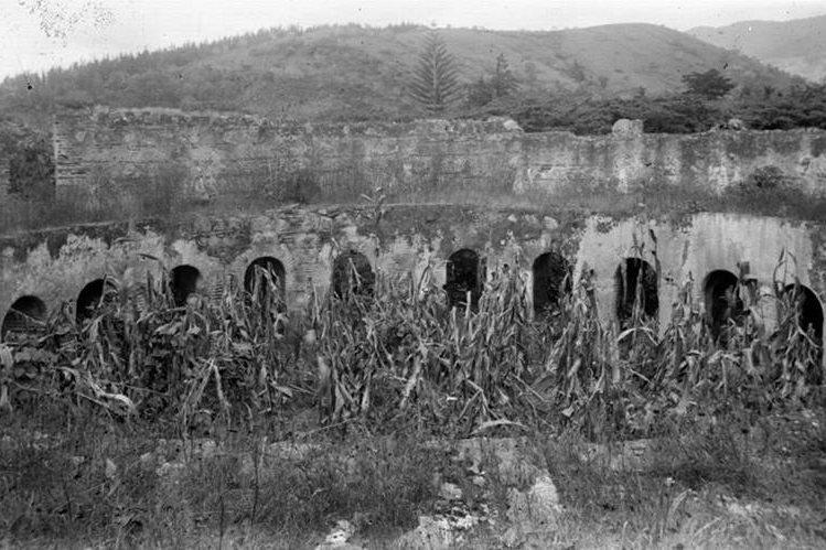Ruinas del Claustro del Convento de las Capuchinas en Antigua Guatemala a finales del siglo XIX. (Foto: CIRMA)