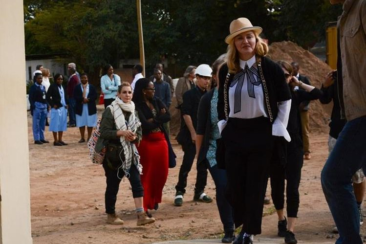 Madonna visita Mayawi como parte de su labor humanitaria. (Foto Prensa Libre: AP)