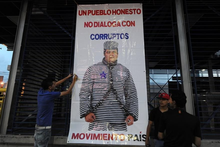 Con esta pancarta los inconformes muestran su rechazo a entablar un diálogo con el mandatario hondureño a quien acusan de corrupto. (Foto Prensa Libre: AFP).