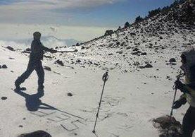 Dos de los montañistas se divierten sobre la nieve en Acatenango. (Foto Prensa Libre: Julio Florencio Meléndez Monterroso)