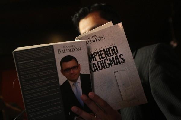 Baldizón reeditó libro, por críticas.