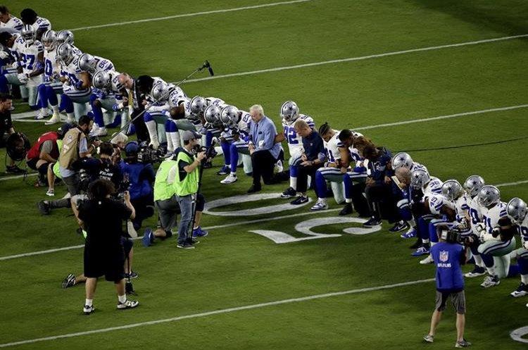 Los jugadores del Dallas Cowboys, junto a su dueño Jerry Jones se arrodillaron al momento del himno en la jornada de ayer. (Foto Prensa Libre: AP)