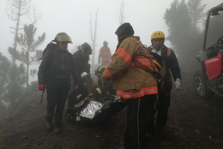 Bomberos Voluntarios rescatan a uno de los seis excursionistas. (Foto Prensa Libre: Miguel López)