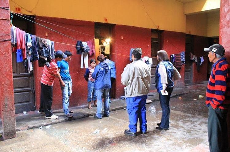 Fuerzas de seguridad en un allanamiento para rescatar a menores víctimas de trata. (Foto Prensa Libre: Hemeroteca PL)