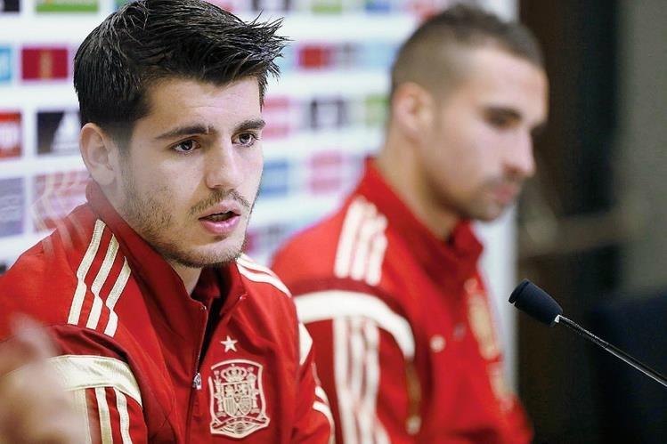 Los jugadores de la selección española de futbol, Sergio Asenjo (d), y Álvaro Morata (i) durante la rueda de prensa que ofrecieron tras el entrenamiento del equipo en Las Rozas. (Foto Prensa Libre: EFE).