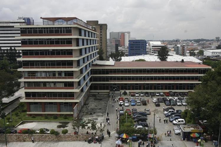 Edificio de las oficinas centrales del IGSS, ubicadas en la zona 4 capitalina, donde se efectúan las reuniones de la Junta Directiva. (Foto Prensa Libre: Hemeroteca PL)