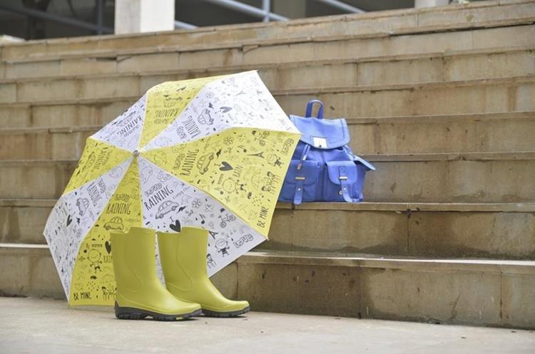 Los impermeables y las botas de lluvia lo ayudarán a mantenerse seco durante la lluvia. (Foto Prensa Libre: Chiconomical).