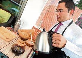 Diego Joachin se vale de la tecnología para medir con exactitud la elaboración de sus bebidas. (Foto Prensa Libre: Alvaro Interiano)