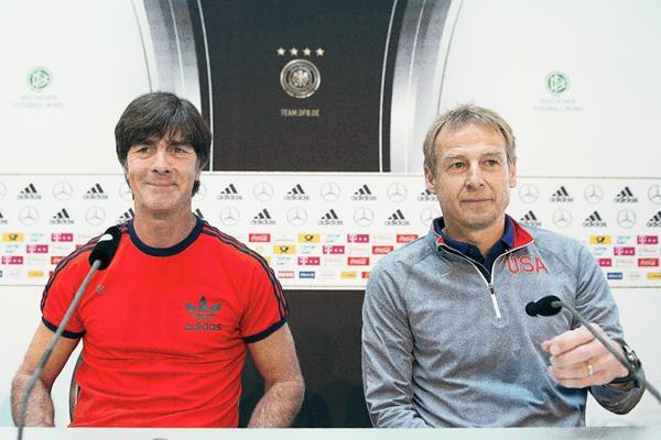 El seleccionador alemán, Joachim Löw, y el entrenador de la selección estadounidense de futbol, Jürgen Klinsmann comparecen en rueda de prensa conjunta en Colonia. (Foto Prensa Libre: EFE)