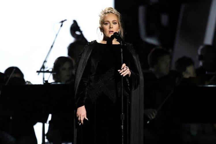 Adele rindió tributo al fallecido George Michael en la gala de los Grammy. (Foto Prensa Libre: AP)