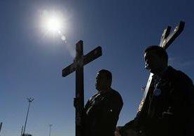 Colaboradores de la Casa del Migrante en Ciudad Juárez colocan unas cruces para recibir al Papa. (Foto Prensa Libre: EFE).