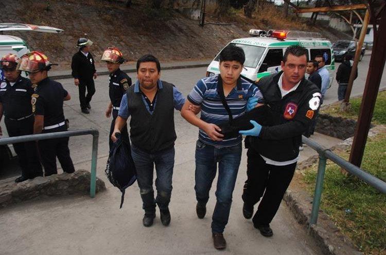 Al menos seis personas fueron trasladadas a Antigua Guatemala, debido a que tenían heridas leves. (Foto Prensa Libre: Renato Melgar)