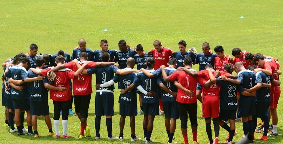 Previo al duelo frente a Mictlán los jugadores de Suchitepéquez mostraron su unidad. (Foto Prensa Libre: Omar Méndez)