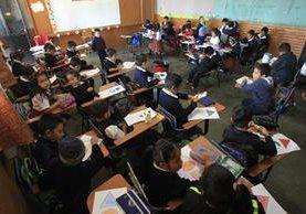 Estudiantes de segundo grado de la Escuela 435 de la Colonia El Amparo, reciben clases hacinados. En cada una de las dos secciones los docentes atienden a por lo menos 50 estudiantes. (Foto: Carlos Hernández)