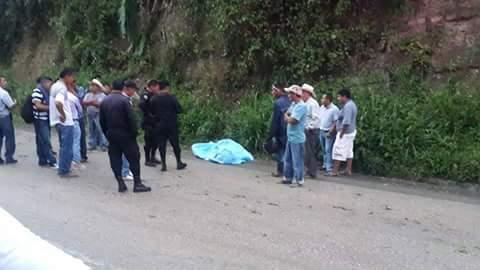 Agentes de la PNC resguardan el área donde un autopatrulla chocó y ocasionó la muerte de dos policías. (Foto Prensa Libre: Rigoberto Escobar)