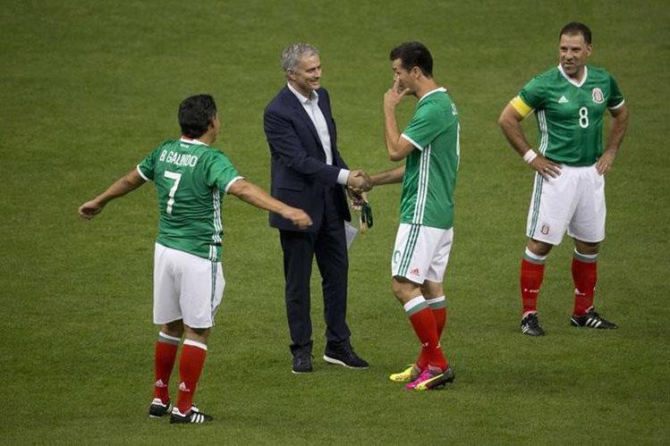 El portugués José Mourinho saluda al exdelantero azteca Jared Borgetti ante la mirada de Alberto García Aspe y Benjamín Galindo. (Foto Prensa Libre: AP)