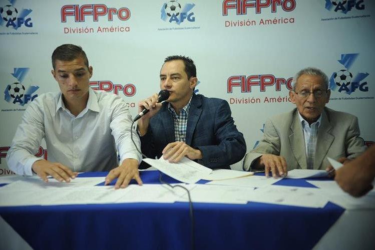 Carlos Figueroa (centro), presidente de la AFG, mostró las firmas de 455 futbolistas que lo respaldan (Foto Prensa Libre: Edwin Fajardo)