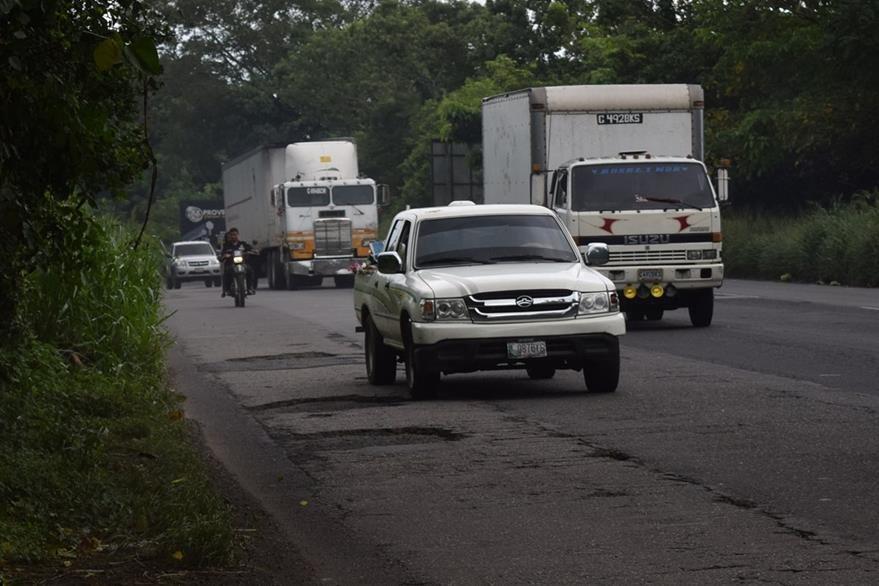 El tramo entre Escuintla y Santa Lucía Cotzumalguapa está lleno de baches, lo que representa peligro para automovilistas. (Foto Prensa Libre: Carlos Paredes)