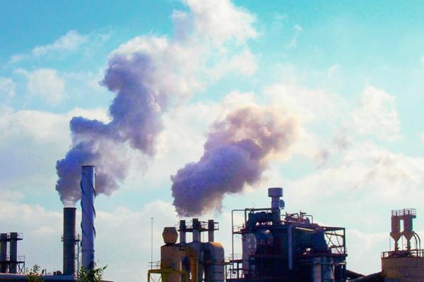 Las partículas dañinas provienen de la combustión del carbón en las centrales eléctricas, el gas de escape de los autos y otras emisiones industriales.