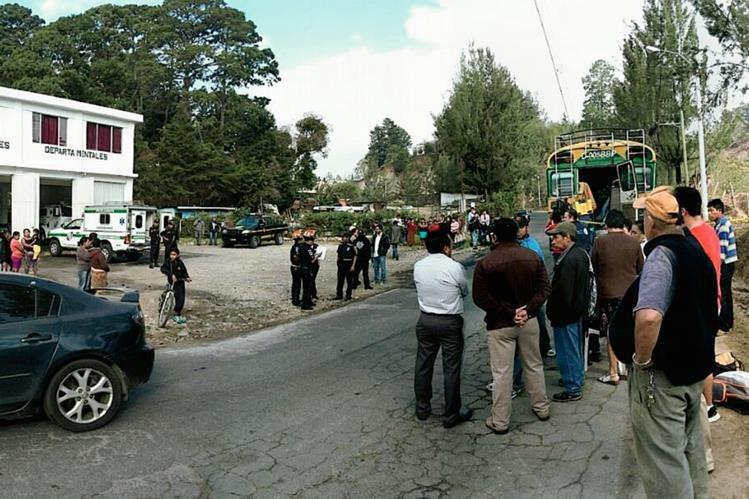 Dos muertos y un herido dejó el asalto a un bus de rutas corta en Fraijanes este lunes. (Foto Prensa Libre: E. Paredes)