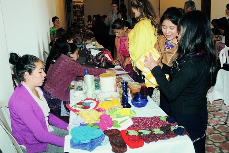 Visitantes observan algunas de las artesanías promocionadas en la feria efectuada en Xela. (Foto Prensa Libre: Carlos Ventura)