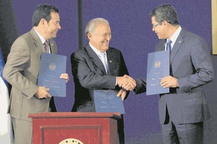 Jimmy Morales, Salvador Sánchez y Juan Hernández, presidentes del Triángulo Norte, se reunirán por primera vez con el vicemandatario de EE. UU., Mike Pence. (Foto Prensa Libre: HemerotecaPL)