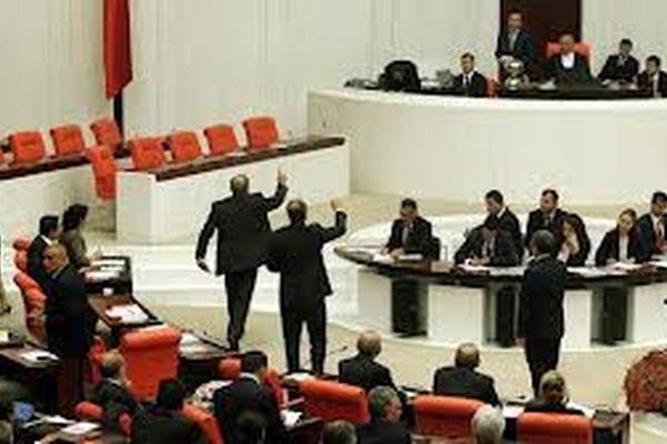 <p>El incidente fue provocado por un diputado que lanzó una pequeña cantidad de gas lacrimógeno en el Parlamento turco.</p>