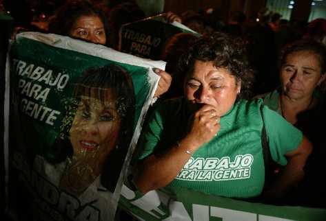 Seguidoras de la UNE, que esperaban una decisión favorable para su precandidata Sandra Torres, se lamentan por la resolución. Las uneístas fueron fieles hasta la medianoche, cuando se conoció el fallo.