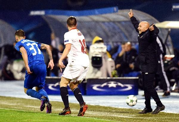Jorge Sampaoli da instrucciones el partido del Sevilla en Zagreb. (Foto Prensa Libre: AFP).