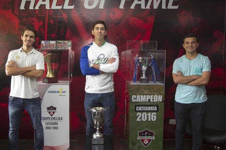 Javier Navas, Nicolás Samayoa y Luis Carlos Pérez son un ejemplo de perseverancia y de que el futbol puede ir de la mano con el desarrollo profesional. (Foto Prensa Libre: Norvin Mendoza)