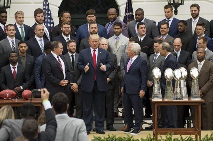 El presidente de EE.UU., Donald Trump, homenajeó hoy en la Casa Blanca a los Patriots de Nueva Inglaterra por su victoria en el Super Bowl. (Foto Prensa Libre: AFP)