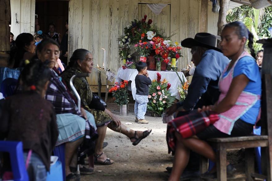 Miguel Ángel López Lopez, segunda víctima de la bomba que explotó en un bus en San José Pínula es velado en la casa de su familia en Sansur, Palencia. (Foto Prensa Libre: Paulo Raquec) Fotograf'a: Paulo Raquec