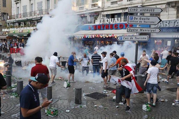 Seguidores de Rusia e Inglaterra causaron disturbios en Marsella. (Foto Prensa Libre: AFP).