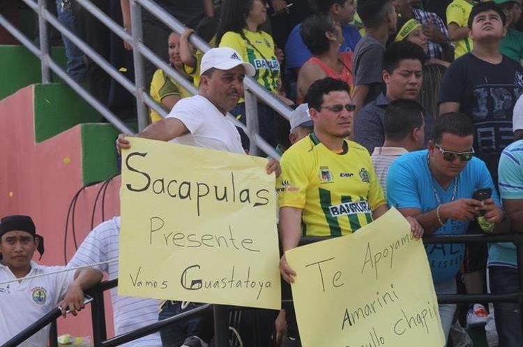 La afición no decepcionó a su equipo y le apoyó desde horas antes que iniciara el juego. (Foto Prensa Libre: Hugo Oliva)