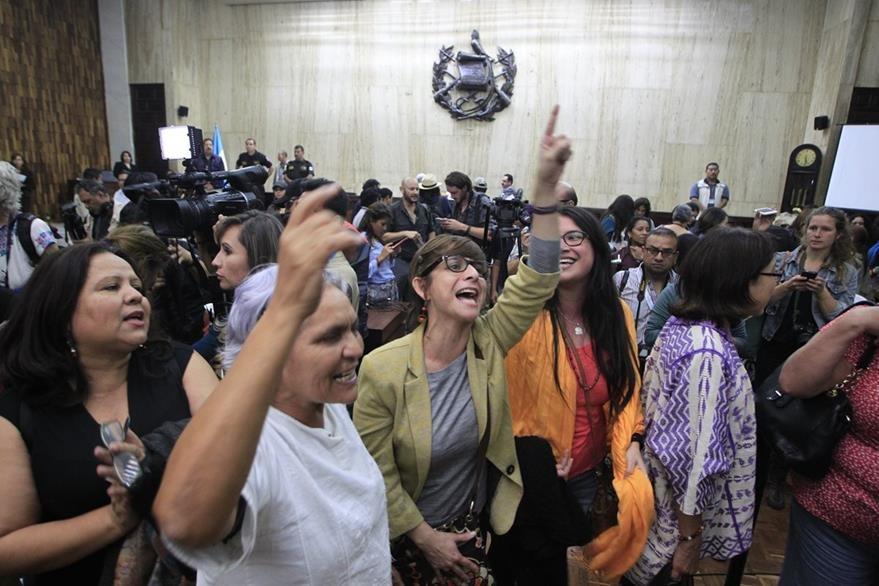 Activistas celebran luego de que el Tribunal de Mayor Riesgo A emitió sentencia condenatoria en caso Sepur Zarco. (Foto Prensa Libre: Edwin Berci‡án)
