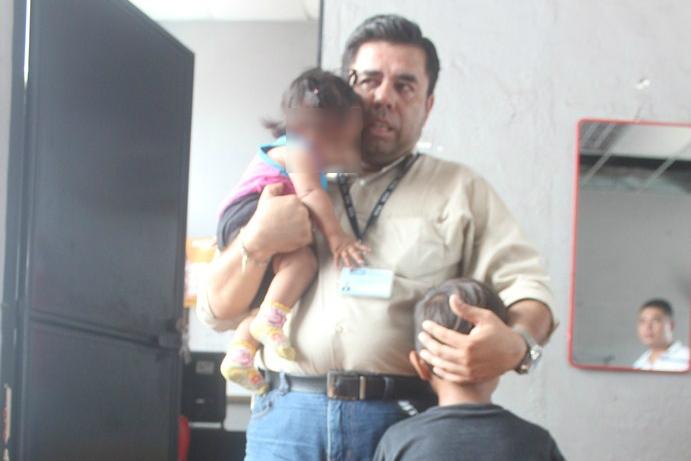 Niños rescatados son puestos a salvo por personal de la PGN en Escuintla. (Foto Prensa Libre: Melvin Sandoval)