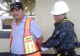 Edwin Humberto Ruano Martínez, es aprehendido en Puerto Santo Tomás de Castila, por defraudación aduanera. (Foto Prensa Libre: Dony Stewart)