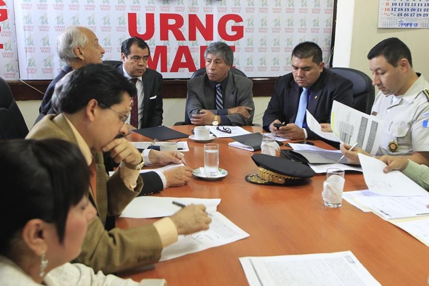 Carlos Mej'a, diputado de URNG, en reunión con autoridades de Gobernación y el sistema penitenciario. (Foto Prensa Libre: Hemeroteca PL)