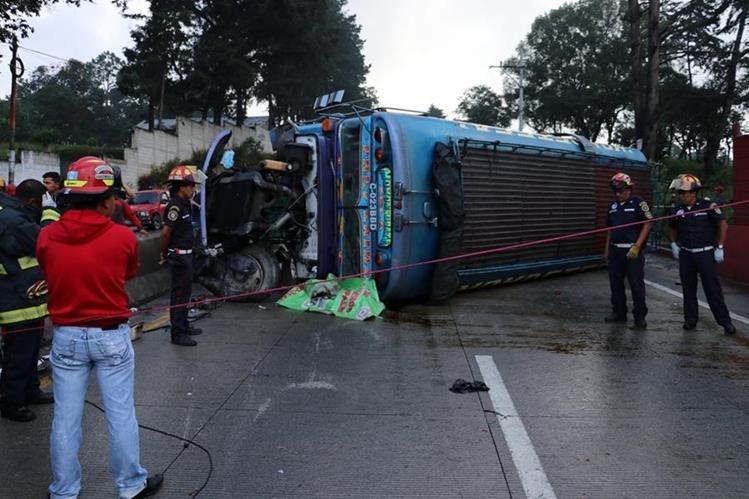 Autobús accidentado en la ruta Interamericana. (Foto Prensa Libre: Víctor Chamalé)