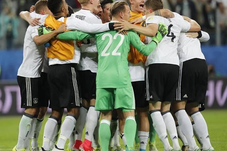 Los jugadores de la selección alemana festejan luego de ganar la Copa Confederaciones. (Foto Prensa Libre: EFE)