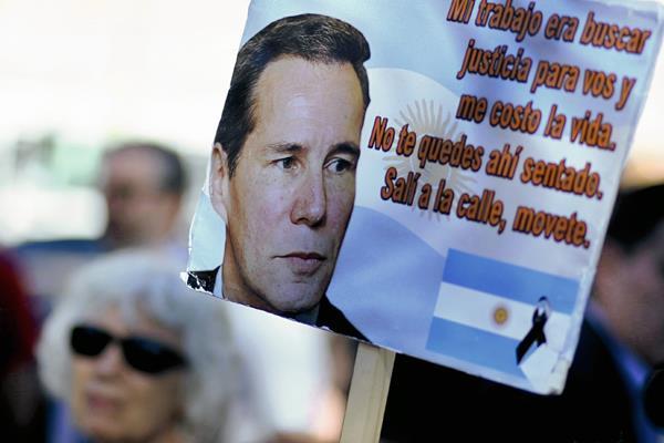 Manifestantes argentinos recuerdan al fallecido fiscal Alberto Nisman. (Foto Prensa Libre:EFE)