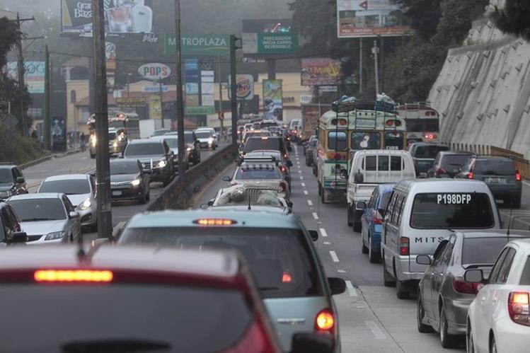 Tránsito vehícular en carretera a El Salvador. (Foto Prensa Libre: Hemeroteca PL)