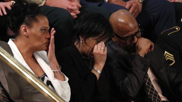 Los padres de las víctimas de la Mara Salvatrucha invitados al recinto no pudieron contener las lágrimas. REUTERS