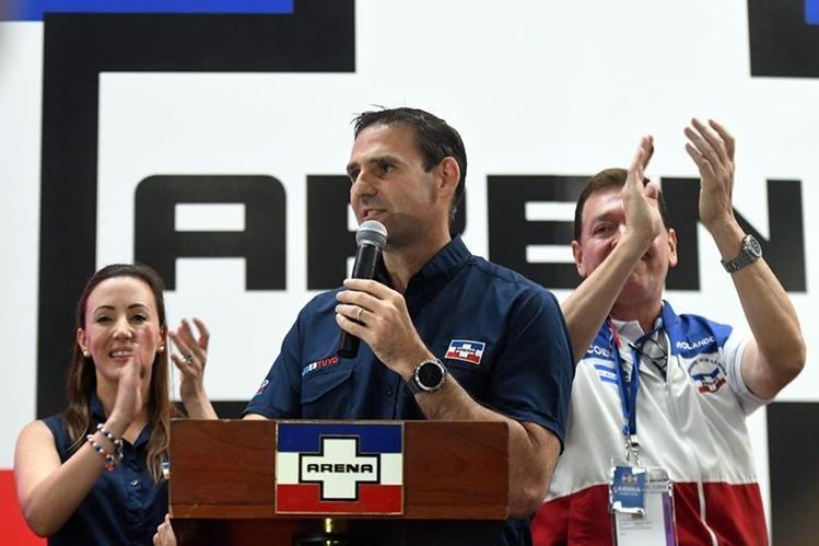 Ernesto Muyshondt (C), candidato a alcalde de San Salvador, celebra la victoria con simpatizantes en la sede de la Alianza Republicana Nacionalista de derecha en San Salvador. (Foto Prensa Libre:AFP).