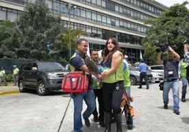 Empleados ensayan evacuaciones ante un posible temblor.
